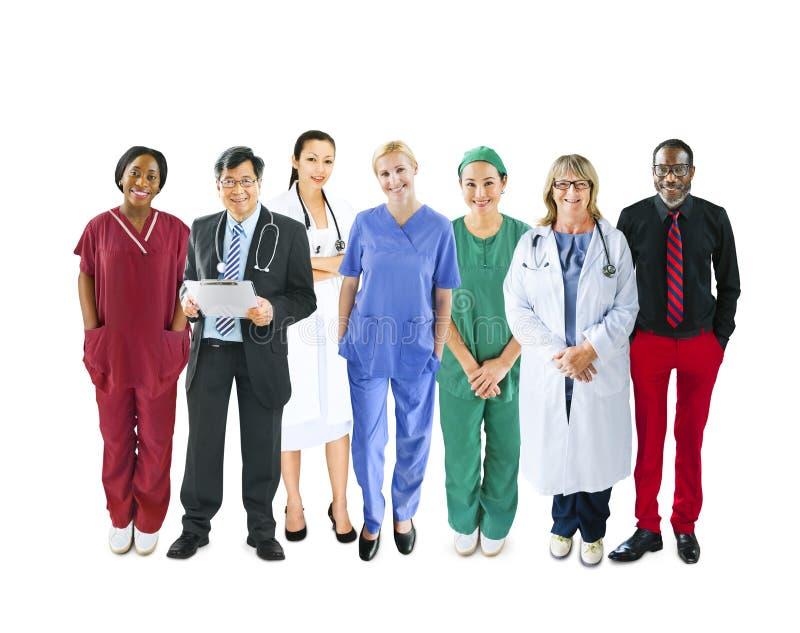 Olikt multietniskt gladlynt medicinskt lag arkivfoton