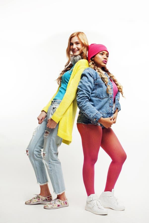 Olikt nationbegrepp: afrikanska amerikanen och caucasian tonårs- flickor bantar och högväxt och kort mångfald för fett, in royaltyfri foto