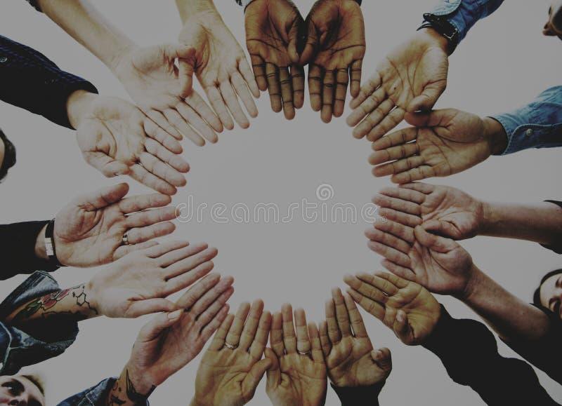 Olikt partnerskap för p-eoplehänder tillsammans royaltyfri foto