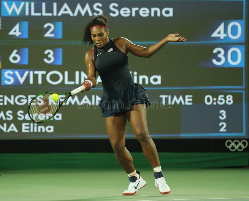 Olimpijscy mistrzowie Serena Williams Stany Zjednoczone w akci podczas przerzedżą wokoło trzy dopasowania Rio 2016 olimpiad obrazy stock