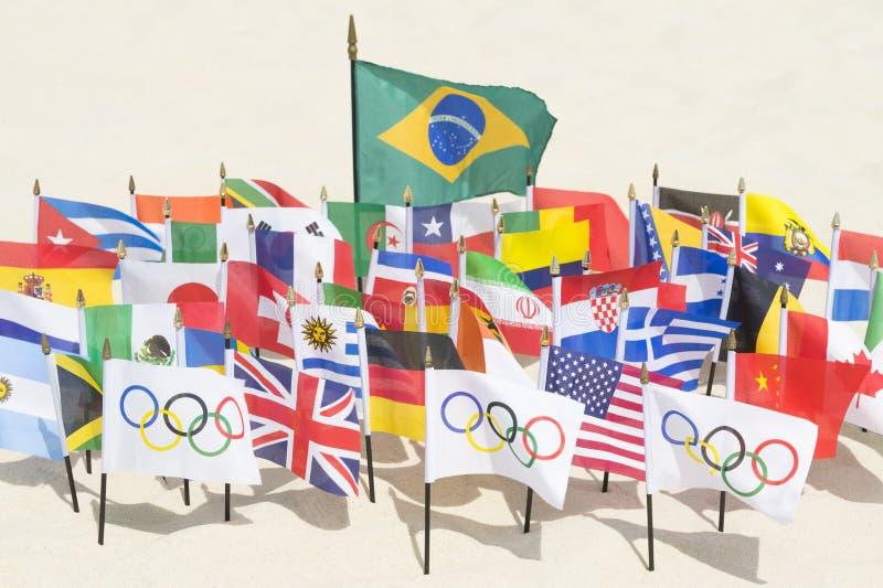 Olimpijska i Międzynarodowa flaga Ipanema plaża Rio obrazy stock