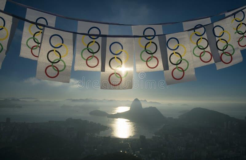 Olimpijski chorągiewki falowanie przy Rio De Janeiro linią horyzontu Przegapia obrazy royalty free