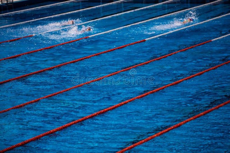 Olimpijski pływacki basen z pływaczka kraula rasą zdjęcie royalty free