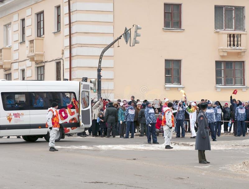 Olimpijski pochodni luzowanie w Ekaterinburg, Rosja obraz royalty free