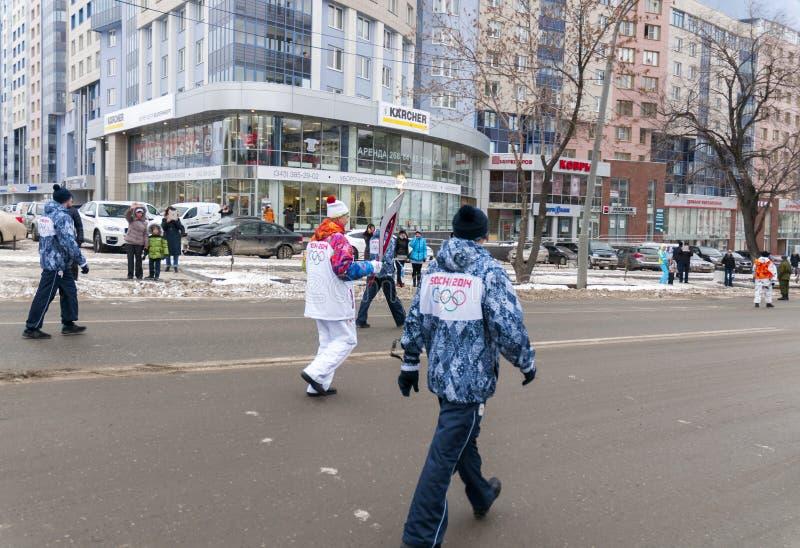 Olimpijski pochodni luzowanie w Ekaterinburg, Rosja fotografia royalty free