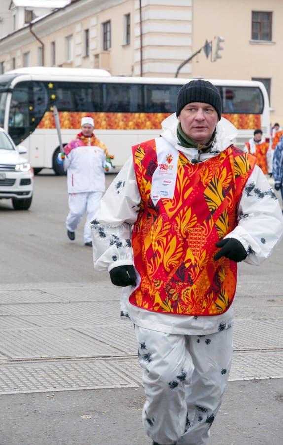 Olimpijski pochodni luzowanie w Ekaterinburg, Rosja obraz stock