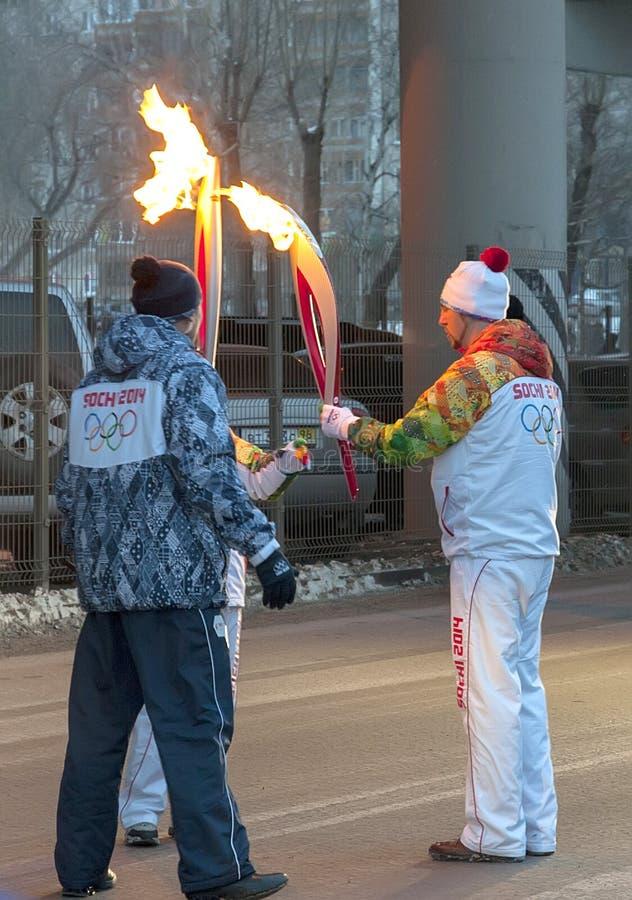 Olimpijski pochodni luzowanie w Ekaterinburg, Rosja obrazy royalty free