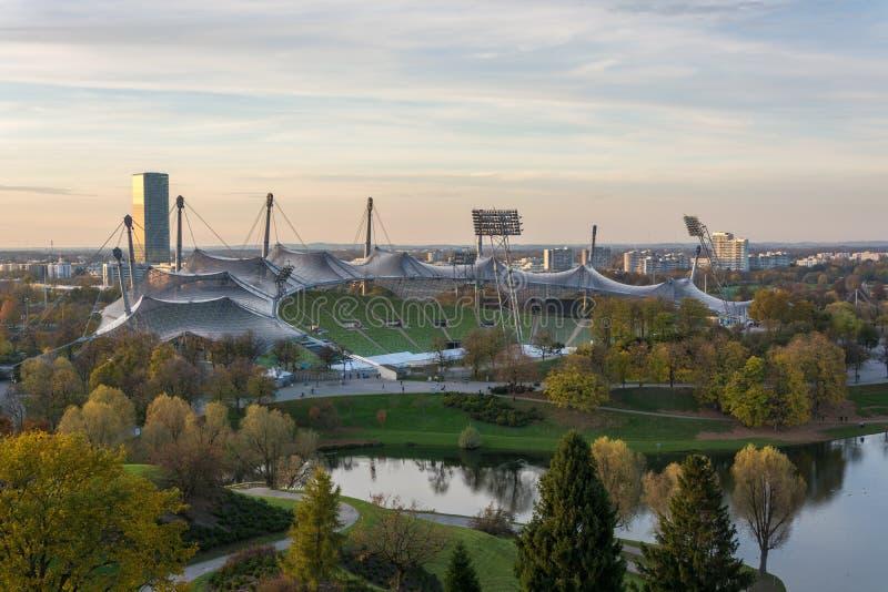 Olimpijski stadium w Olympiapark od Olimpijskiego wzgórza obraz royalty free