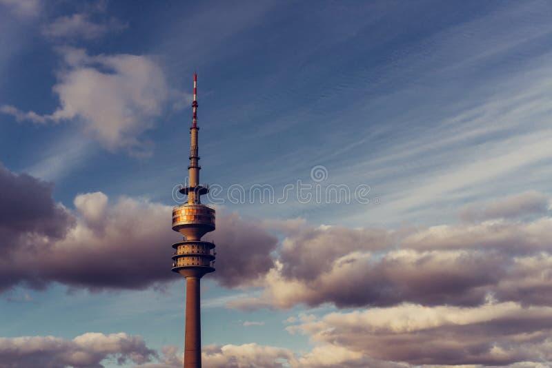 Olimpijski wierza lub TV Basztowe telekomunikacje z chmurami w Monachium Bayern, Niemcy fotografia royalty free