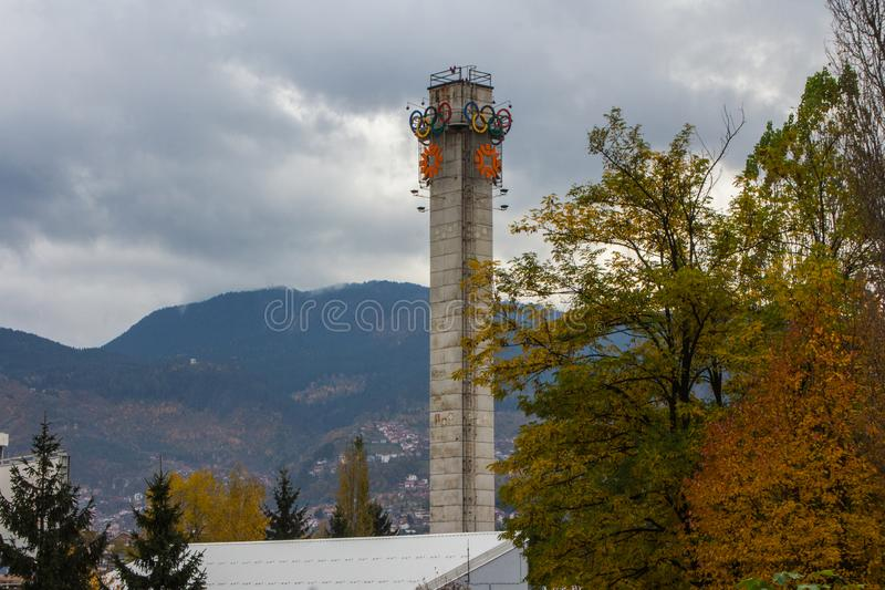 Olimpijski wierza przy stadium w Sarajevo zgadzaj?cy si? terenu teren kartografuje wa?ny ?cie?ki ulga cieni?cego stan otaczaj?cy  fotografia royalty free
