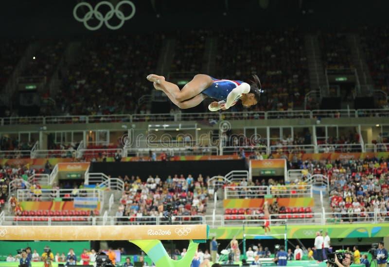 Olimpijskie mistrza Simone żółć Stany Zjednoczone konkurowanie na balansowym promieniu przy kobiet całkowicie gimnastykami przy R zdjęcie stock