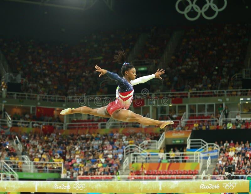Olimpijskie mistrza Simone żółć Stany Zjednoczone współzawodniczą na balansowym promieniu przy kobiety drużyny całkowicie gimnast obrazy royalty free