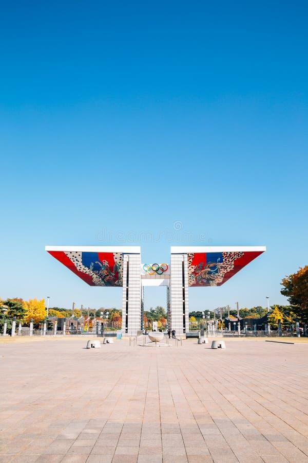 Olimpijskiego parka ?wiatowego pokoju brama przy jesieni? w Seul, Korea fotografia royalty free