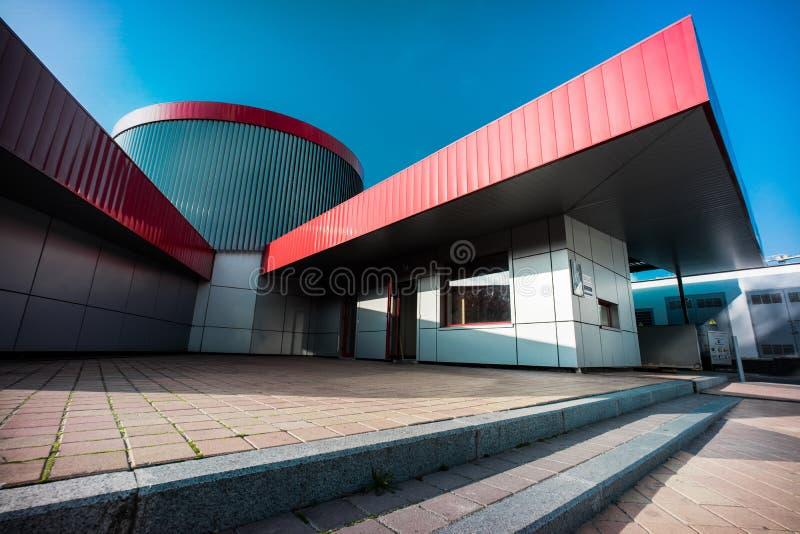 Olimpiyskiy-Quadratparken mit Pflastersteinen und niemandem auf Schuss mit großen Dynamikwerten, blauem Himmel und buntem Raum stockfoto