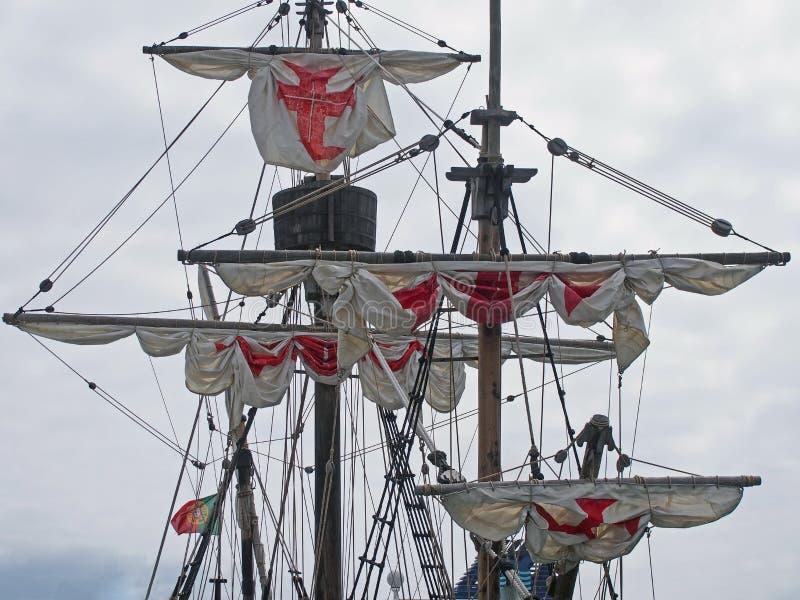 olinowanie Santa Maria i historyczny ?eglowanie statek w Funchal schronieniu z bielem ?egluje z czerwonymi krzy?ami zdjęcie stock