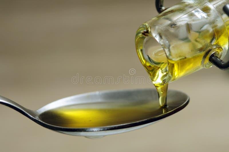 Olio d'oliva di versamento immagine stock libera da diritti