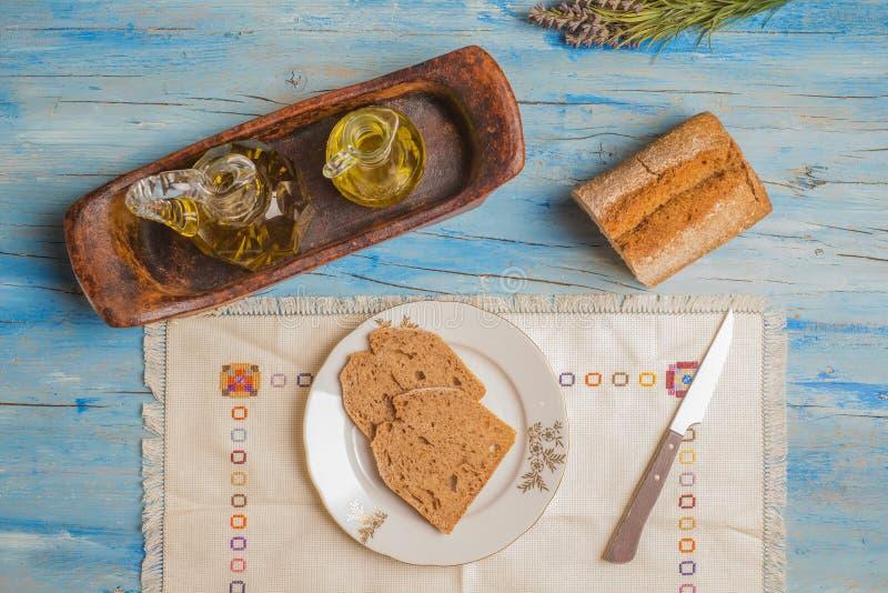 Olio d'oliva e pane, dieta mediterranea fotografie stock libere da diritti