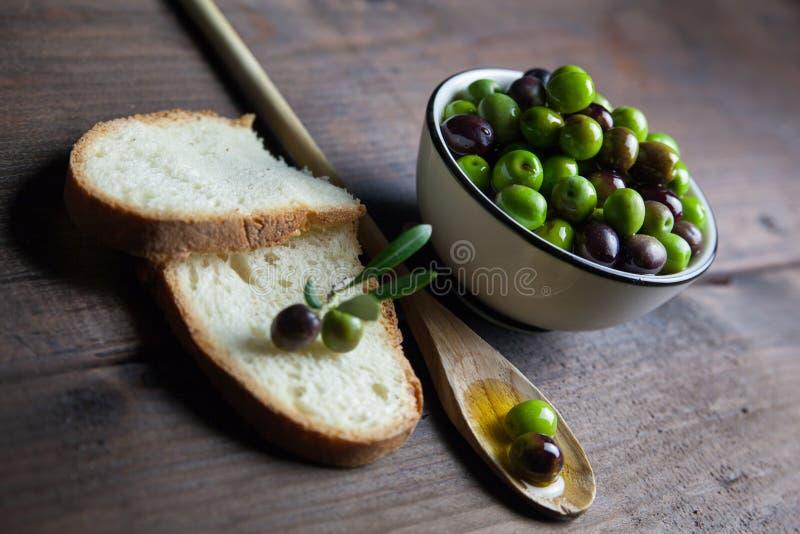 Olio d'oliva e pane su legno fotografia stock libera da diritti