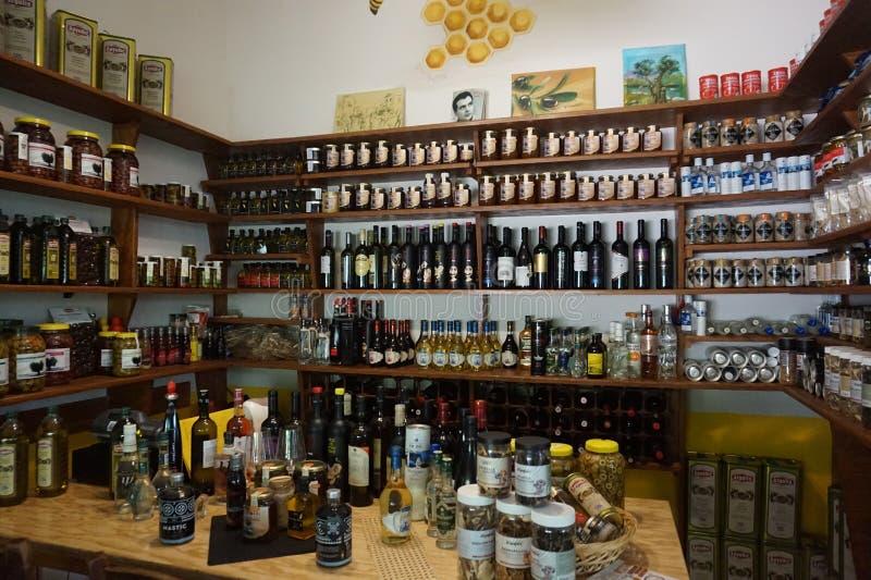 Olio d'oliva e spezie differenti in ristorante greco a Salonicco fotografie stock