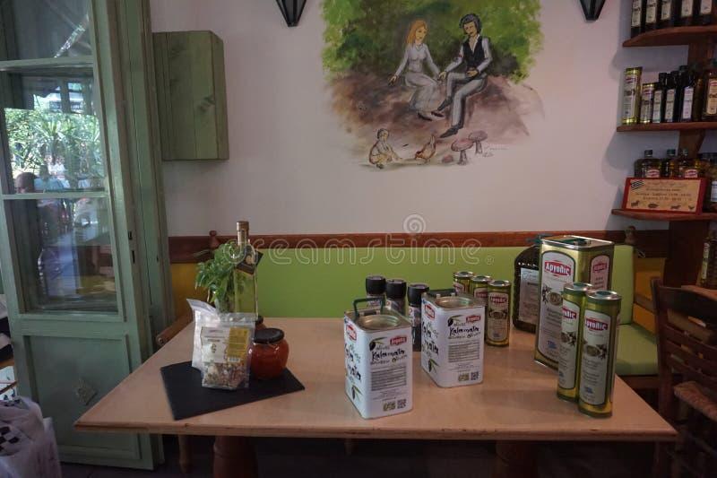 Olio d'oliva e spezie differenti in ristorante greco a Salonicco immagine stock