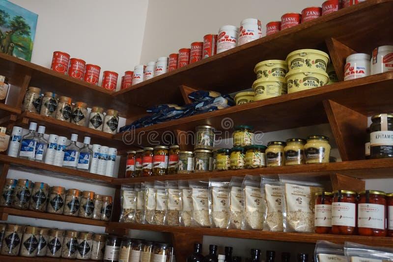 Olio d'oliva e spezie differenti in ristorante greco a Salonicco immagine stock libera da diritti