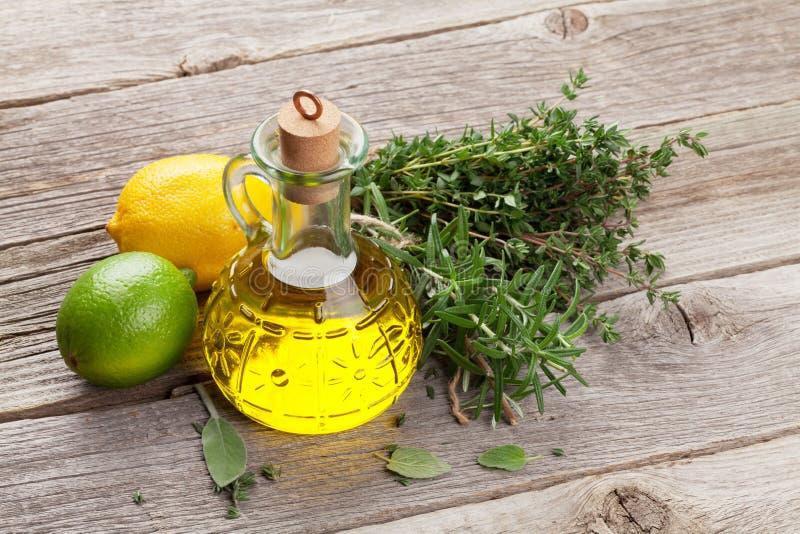 Olio d'oliva ed erbe fresche del giardino fotografie stock libere da diritti