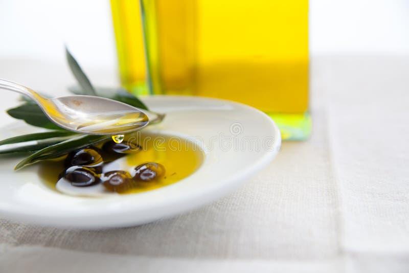 Olio d'oliva ed olive sulla tavola immagini stock libere da diritti