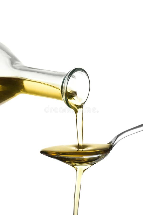 Olio d'oliva fresco di versamento nel cucchiaio fotografia stock libera da diritti