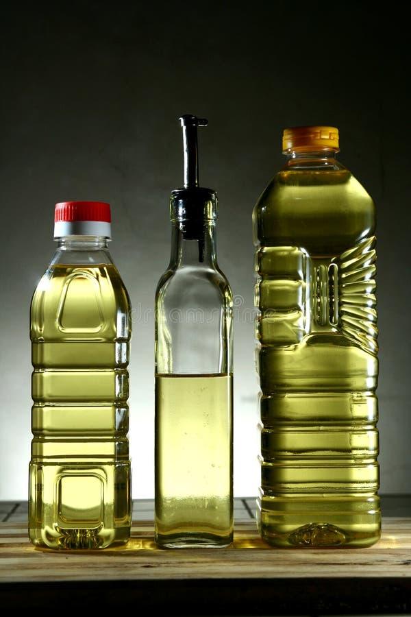 Olio da cucina in bottiglie differenti fotografia stock