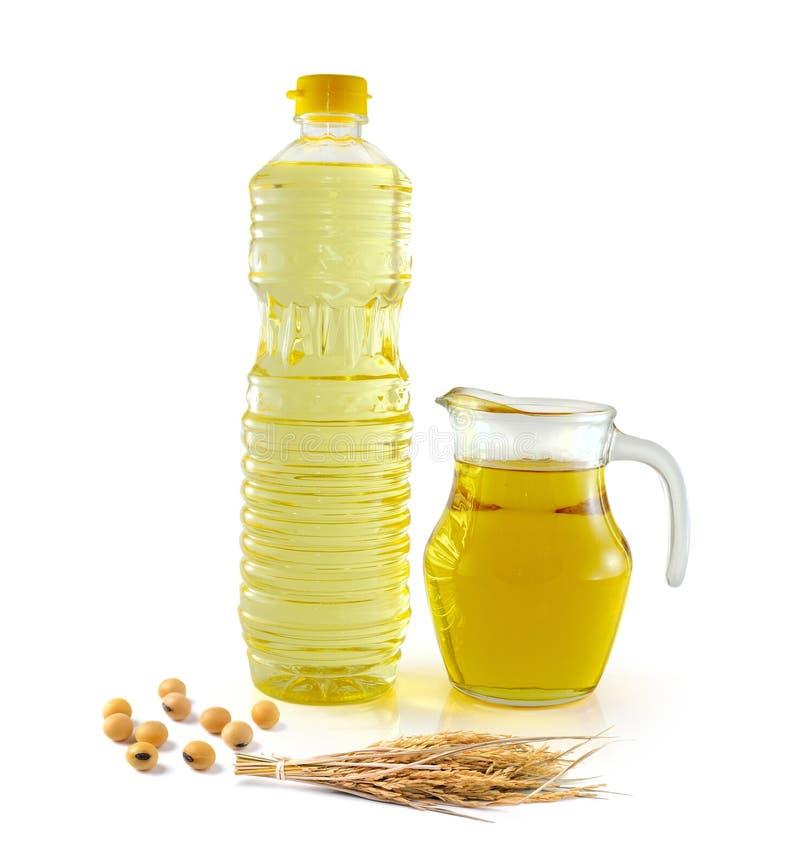 Olio della crusca di riso in vetro da bottiglia con riso e soia fotografia stock