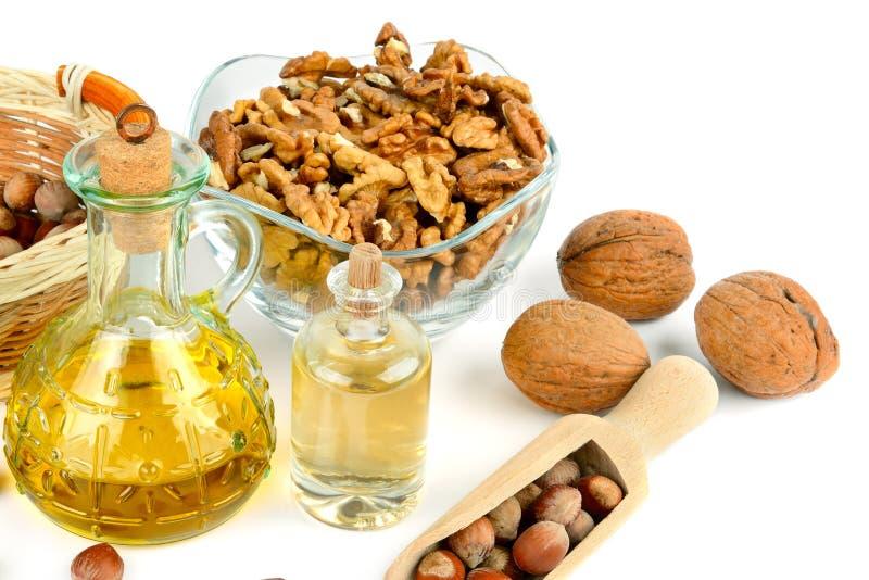 Olio della noce e della nocciola, frutta del dado isolata su fondo bianco Alimento sano immagine stock