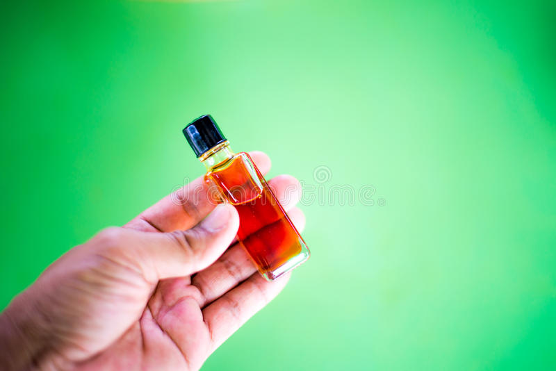 Olio di Agarwood in un fondo immagine stock