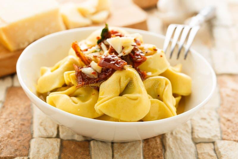 Olio di aglio e di Tortelloni immagine stock