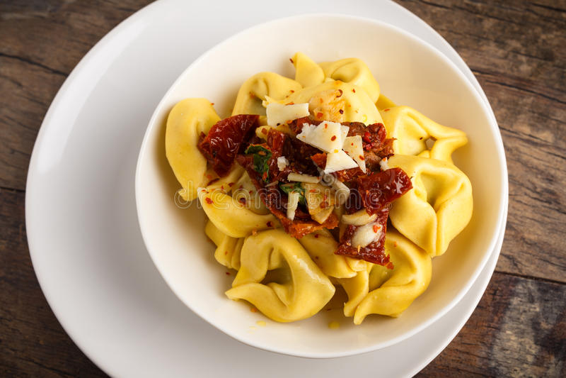 Olio di aglio e di Tortelloni fotografie stock