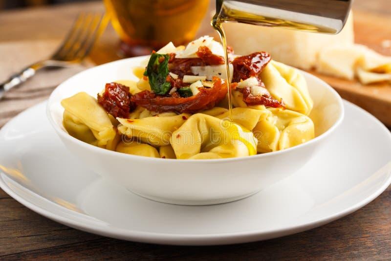 Olio di aglio e di Tortelloni fotografie stock libere da diritti