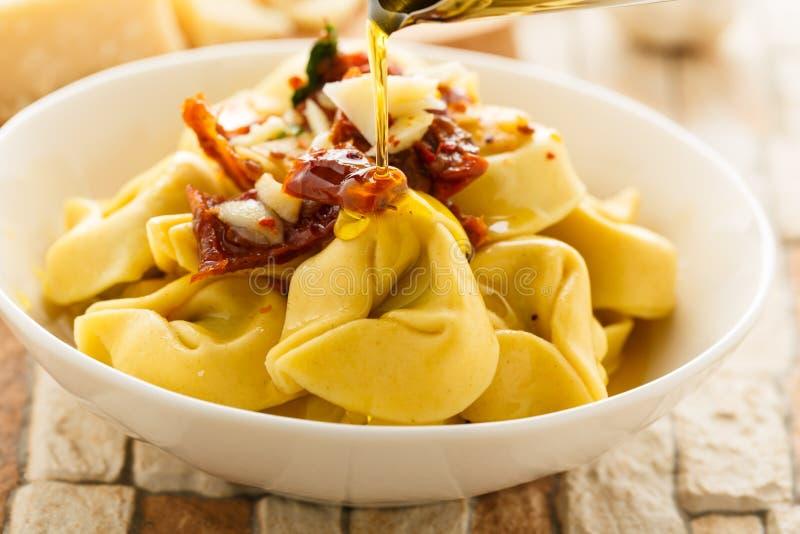 Olio di aglio e di Tortelloni immagini stock