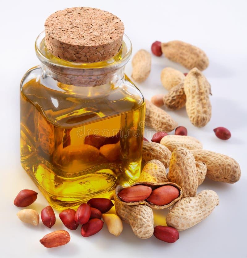 Olio di arachide con le noci fotografia stock libera da diritti