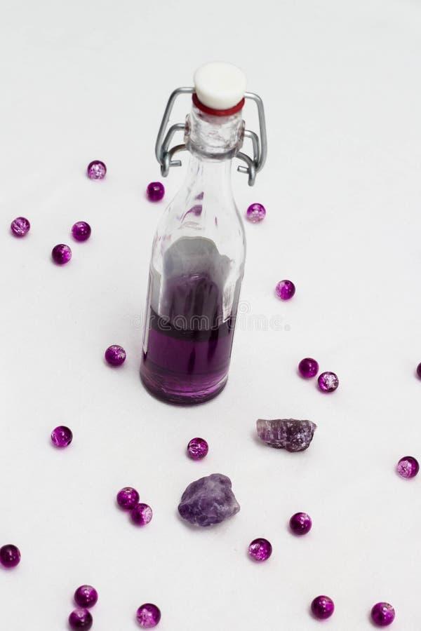 Olio di aromaterapia in bottiglie con le lavande fresche immagine stock libera da diritti