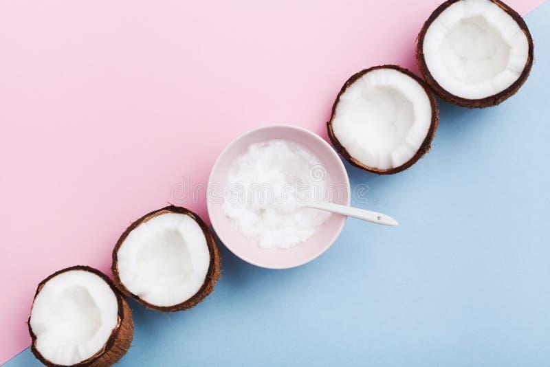 Olio di cocco casalingo con il punto di vista superiore dei Cochi freschi Cosmetico organico naturale per cura e bellezza del cor immagini stock