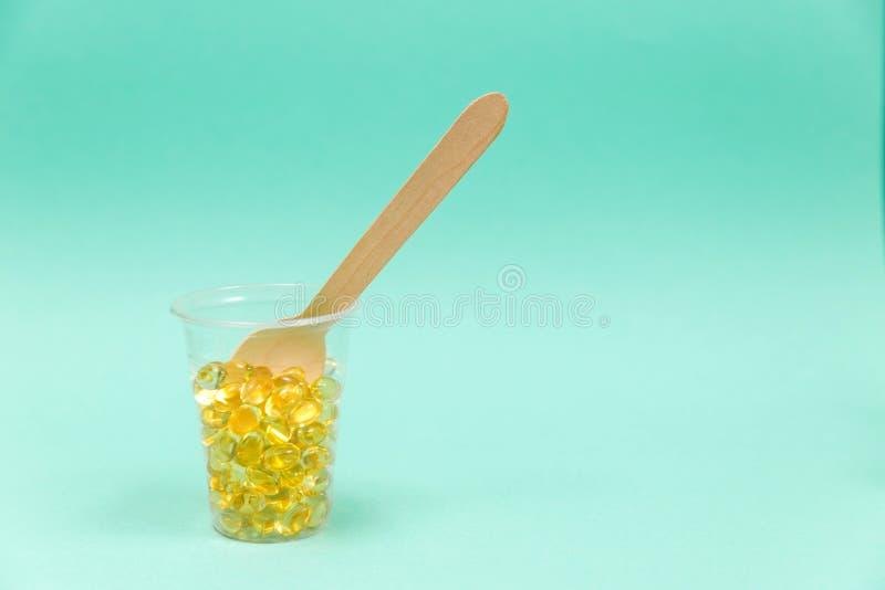 Olio di fegato di merluzzo omega 3 capsule del gel immagini stock