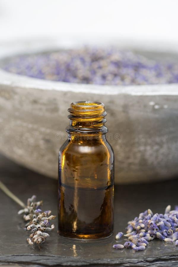 Olio di lavanda dei prodotti di cura di Wellness in una bottiglia fotografia stock