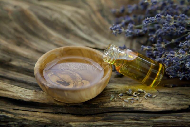 Olio di lavanda nelle coperture di legno verde oliva - foto di riserva fotografie stock