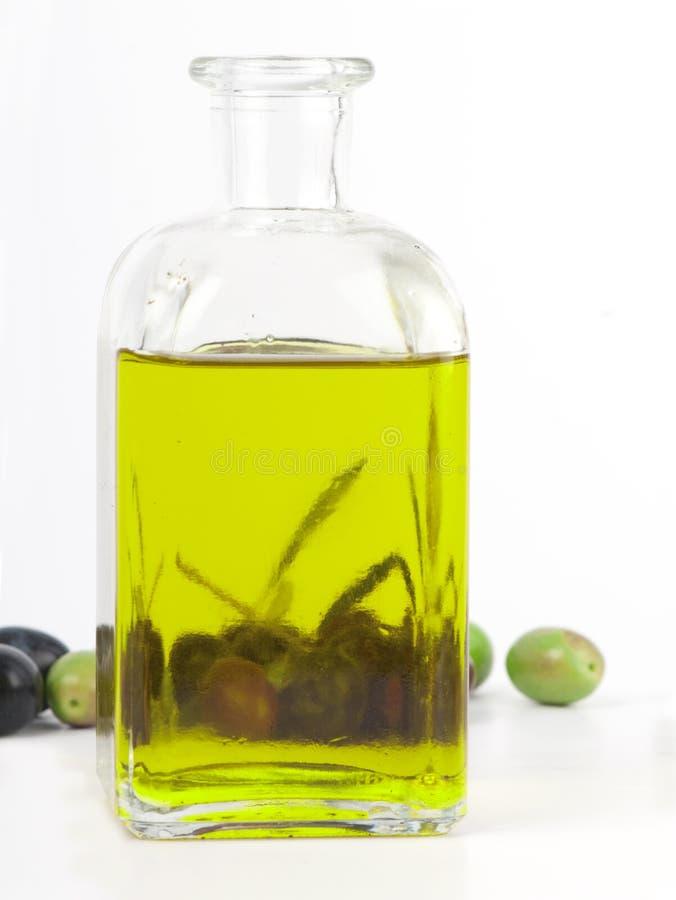 Olio di oliva vergine supplementare con le olive fresche. immagini stock