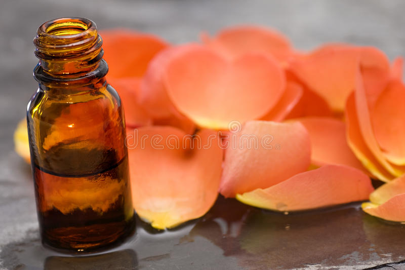 Olio di rose dei prodotti di cura di Wellness orizzontale fotografie stock libere da diritti