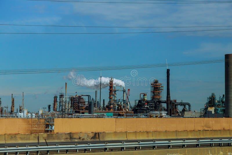 Olio e industria del gas - raffineria nella pianta crepuscolare della fabbrica immagine stock libera da diritti