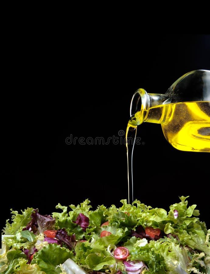 Olio ed insalata di oliva immagini stock
