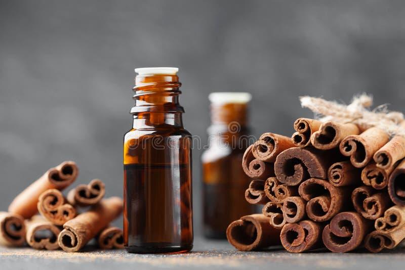 Olio essenziale della cannella per la stazione termale, aromaterapia, benessere, fondo medico immagini stock libere da diritti