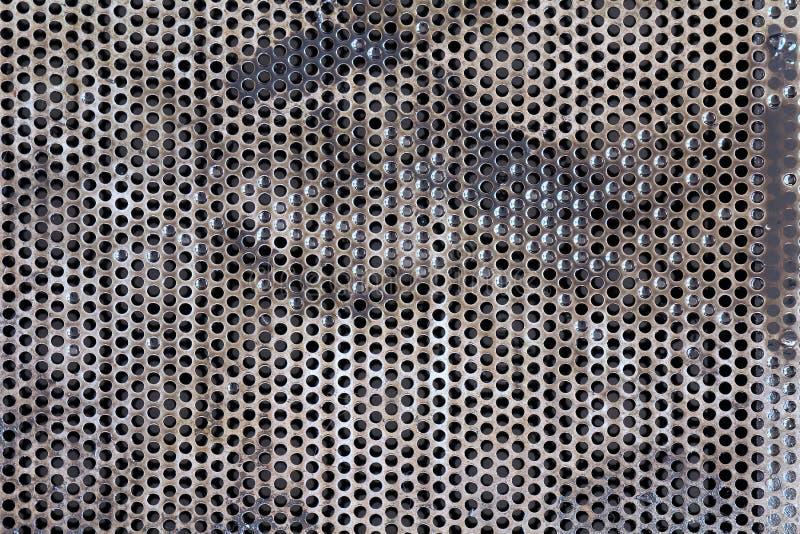 Olio per motori sporco dell'automobile dell'olio vecchio sulla griglia, il nero usato del motore di olio dello spreco dell'automo fotografie stock