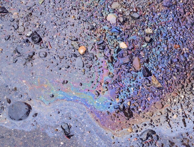 Olio rovesciato su terra bagnata immagini stock