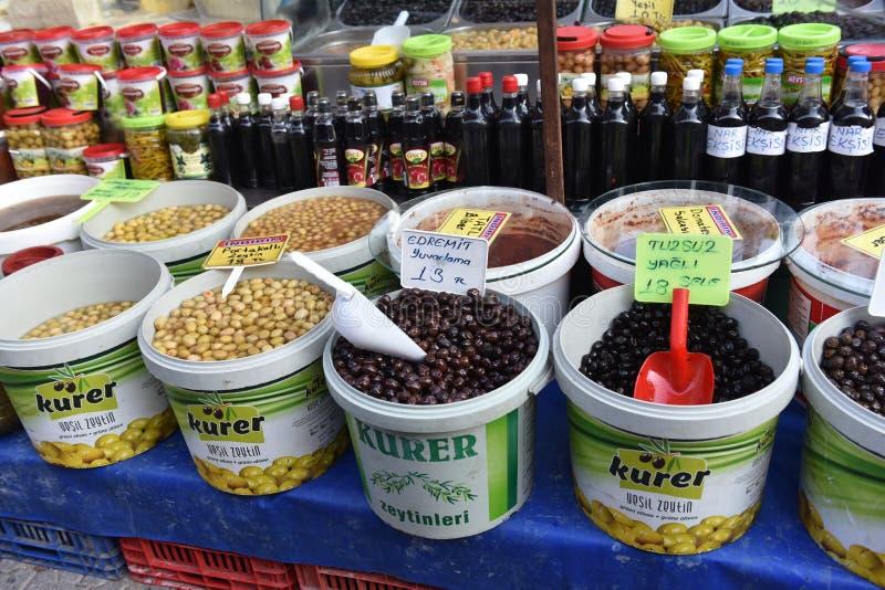 Oliv i hinkar på marknaden royaltyfri bild